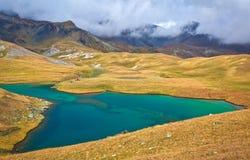 Lago alto en las montañas Imagenes de archivo