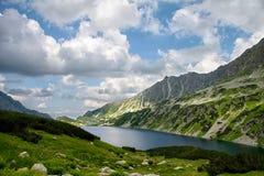 Lago alto en montañas en verano Foto de archivo libre de regalías