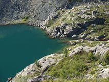 lago Alto-montagnoso Katun di una cresta Fotografia Stock