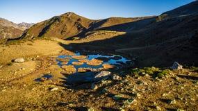 Lago alto nelle montagne Una valle di sette laghi L'Abkhazia georgia immagini stock libere da diritti