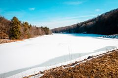 Lago amarillo creek congelado encima durante invierno imagen de archivo libre de regalías