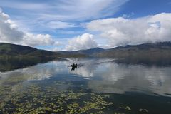 Lago Anggi na montanha Papua Indonésia do arfak fotos de stock