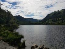 Lago aninhado no vale da montanha Fotografia de Stock