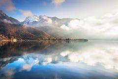 Lago annecy in alpi francesi ad alba Immagine Stock