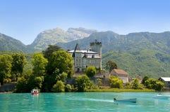 Lago Annecy com castelo Imagens de Stock Royalty Free