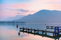 Lago annecy e montagne delle alpi, Francia Fotografia Stock Libera da Diritti