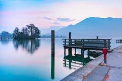 Lago annecy e montagne delle alpi, Francia Fotografia Stock