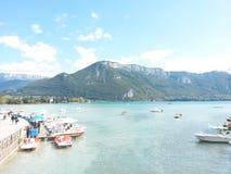 Lago Annecy, os cumes, França Fotos de Stock