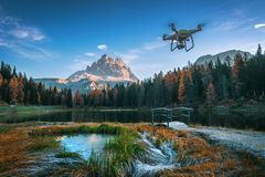 Lago Antorno湖,意大利- 10月20,2017 :飞行寄生虫quadcopter,白云岩意大利 图库摄影