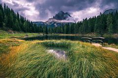Lago Antorno com moun famoso de Tre Cime di Lavaredo Drei Zinnen Foto de Stock