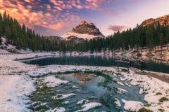 Lago Antorno con el moun famoso de Tre Cime di Lavaredo (Drei Zinnen) Imagenes de archivo