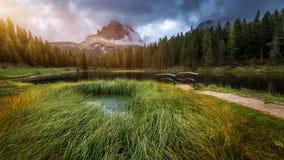 Lago Antorno con il moun famoso di Tre Cime di Lavaredo (Drei Zinnen) Fotografie Stock