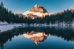 Lago Antorno con il moun famoso di Tre Cime di Lavaredo Drei Zinnen Fotografie Stock Libere da Diritti