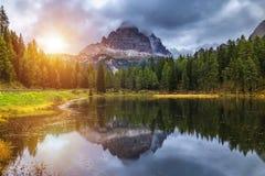 Lago Antorno con il moun famoso di Tre Cime di Lavaredo (Drei Zinnen) Immagine Stock