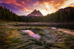 Lago Antorno con il moun famoso di Tre Cime di Lavaredo (Drei Zinnen) fotografia stock