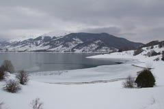 Lago Apennines en invierno Fotografía de archivo libre de regalías