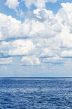 Lago aperto blue profondo con le nuvole in cielo Fotografia Stock