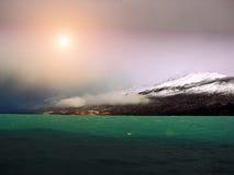 Lago Argentino (lac Argentine) sur un coucher du soleil Photographie stock libre de droits