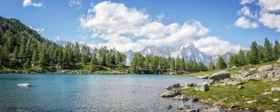 Lago Arpy, Monte Bianco Mont Blanc nei precedenti, parco nazionale di Gran Paradiso, la valle d'Aosta nelle alpi Italia Immagine Stock