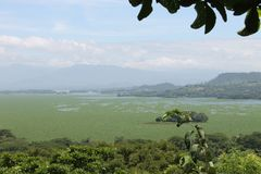 Lago artificial con un cielo hermoso Fotos de archivo libres de regalías