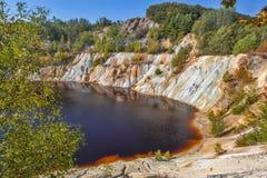 Lago artificial e montes pretos - minera??o e produ??o de cobre em Bor, S?rvia fotografia de stock royalty free