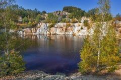 Lago artificial e montes pretos - minera??o e produ??o de cobre em Bor, S?rvia imagens de stock
