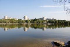 Lago artificiale davanti alla costruzione Immagine Stock