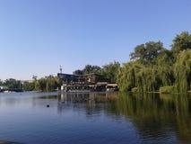 Lago artificiale nel cuore della città fotografie stock libere da diritti