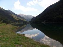 Lago artificiale in Pirenei Immagini Stock