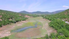 Lago artificiale vuotato Piccolo fiume della montagna Siluetta dell'uomo Cowering di affari Concetto della natura archivi video