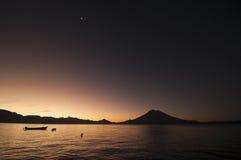 Lago Atitlan bij zonsopgang stock afbeeldingen