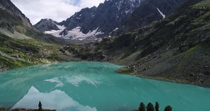 Lago augusto Kuyguk, montagne sparate aeree video d archivio