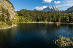 Lago austríaco mountain com cabana do barco Imagens de Stock