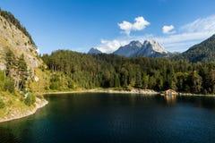 Lago austríaco mountain com cabana do barco Imagens de Stock Royalty Free