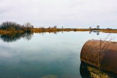 Lago autumn com uma tubulação Imagens de Stock Royalty Free
