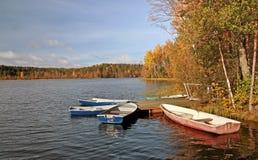 Lago autumn con los botes pequeños Fotografía de archivo