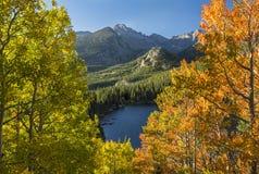 Lago Autumn Vignette bear fotos de stock