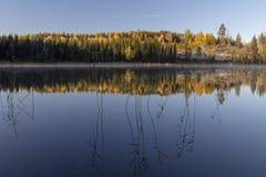 Lago in autunno con acqua calma ed in riflessioni dal cielo, pict fotografie stock