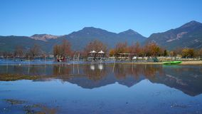 Lago in autunno con gli alberi dorati Fotografie Stock