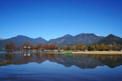 Lago in autunno con gli alberi dorati Fotografia Stock