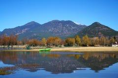 Lago in autunno con gli alberi dorati Fotografia Stock Libera da Diritti