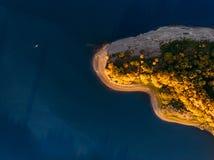 Lago azul abandonado outono e florestas verdes no dia de verão ensolarado em Finlandia imagem de stock
