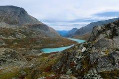 Lago azul bonito da montanha Montanhas de Altai, Sib?ria, R?ssia imagens de stock royalty free