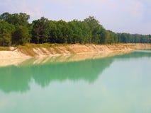 Lago azul brillante fotografía de archivo libre de regalías
