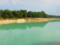 Lago azul brillante foto de archivo