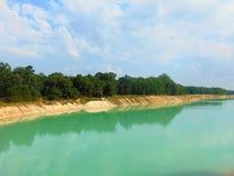 Lago azul brillante foto de archivo libre de regalías