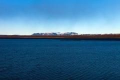 Lago azul brillante en el paisaje abandonado rocoso pedregoso de Islandia Fotos de archivo
