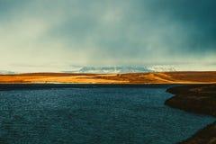 Lago azul brillante en el paisaje abandonado rocoso pedregoso de Islandia T Fotos de archivo libres de regalías