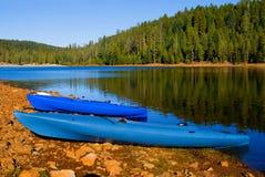 Lago azul claro en California norteña Fotos de archivo libres de regalías