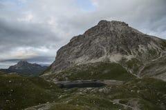 Lago azul claro mountain detrás de las colinas verdes fotos de archivo